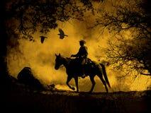 Ein abstraktes Cowboyreiten in den Bergen mit Bäumen, in den Krähen, die oben fliegen und in einem strukturierten Aquarellgelbhin Lizenzfreies Stockfoto