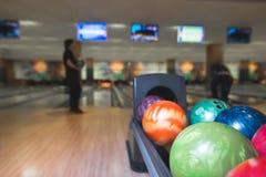 Ein abstraktes Foto der Bowlingspielhalle Schichten auf dem Hintergrund der Bowlingspielbahn Stockfotografie