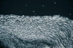 Ein abstraktes Muster von einem schaumbildenden im Fluss Stockfotos