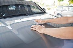 Ein Abwischen säubert das Auto mit Stoff und das Polieren, Creme einwachsend Stockfotografie