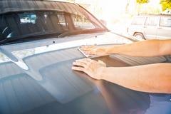 Ein Abwischen säubert das Auto mit Stoff und das Polieren, Creme einwachsend Lizenzfreies Stockfoto