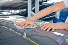 Ein Abwischen säubert das Auto mit Stoff und das Polieren, Creme einwachsend Lizenzfreie Stockbilder