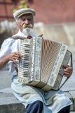 Ein accordian Spieler führt in Warschau in Polen durch Stockbilder