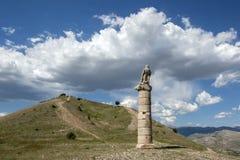 Ein Adler sitzt auf einer römischen Spalte am alten Standort von Karakus-Hügelgrab nahe Salkimbagi in der südöstlichen Türkei Stockfotos