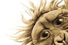 Ein Affe, der an Ihnen im Sepia späht Lizenzfreies Stockfoto