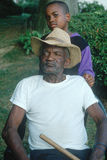 Ein African-Americangroßvater und -enkel Stockfotos