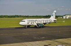 Ein Airbus A319 von Frontier Airlines Lizenzfreie Stockfotos
