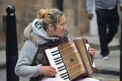 Ein Akkordeonspieler auf Straße von Schottland stockbild