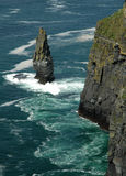 Ein alleinfelsen des Stands auf dem Ozean Stockbild
