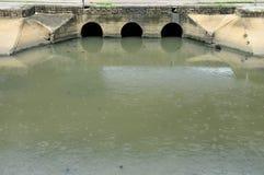 Ein allgemeiner Abwasserkanal- und Öffentlichkeitskanal in der Stadt Lizenzfreies Stockfoto