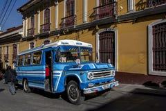 Ein allgemeiner Bus, der durch die alte Stadt in La Paz in Bolivien fährt Lizenzfreies Stockbild