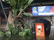 Ein allgemeines Telefon ist in einer überschwemmten Straße in Rangsit, Thailand, im Oktober 2011 Unterwasser Lizenzfreie Stockbilder