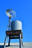 Ein alter australischer Windmühlenpumpen- und -wasserbehälter stockfoto