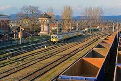 Ein alter Bahnhof mit Wasserbehälter und -lastwagen Lizenzfreie Stockfotos