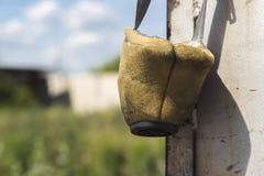 Ein alter benutzter Respirator auf einem unscharfen Hintergrund stockfotos