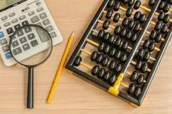 Ein alter chinesischer Abakus und ein moderner Taschenrechner Stockbilder