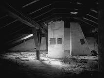 Ein alter Dachboden unter einem Dach Stockbilder