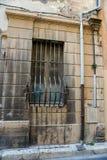 Ein alter Grill auf dem Fenster Lizenzfreie Stockfotografie