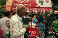 Ein alter indischer Mann an der Messe Stockbild