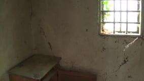 Ein alter Kasten und ein Fenster innerhalb eines alten und verlassenen Hauses stock footage