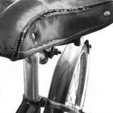 Ein alter lederner Fahrradsitz Lizenzfreies Stockbild