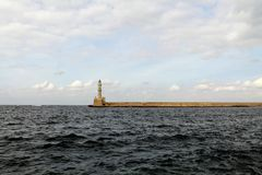 Ein alter Leuchtturm auf dem Horizont stockbild