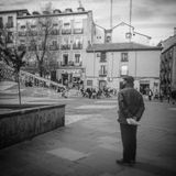 Ein alter Mann beobachten das Leben auf der Straße lizenzfreie stockbilder