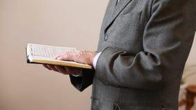 Ein alter Mann, der den Koran liest stock video footage
