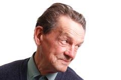 Ein alter Mann, der etwas betrachtet Stockbild