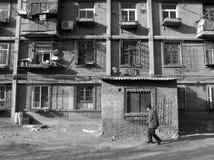 Ein alter Mann, der nach Hause kommt Stockfotos