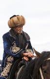 Ein alter Mann reitet Pferd am Lied Kul See in Kirgisistan Stockfotografie