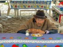Ein alter regionaler Landwirt isst sein Mittagessen stockbilder