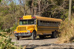 Ein alter rostiger Schulbus Stockbild