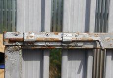 Ein alter Schieberiegel umfasst in der silbernen Farbe Lizenzfreies Stockfoto