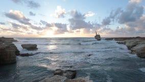 Ein alter Schiffbruch oder ein aufgegebenes Schiffswrack stock footage