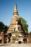 Ein alter siamesischer Buddha sitzt vor Wat Sa Si in historischem Park Sukothai in Nord-Thailand Lizenzfreies Stockbild