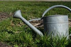 Ein alter silberner Bewässerungstopf im Garten Stockfoto