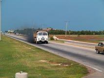 Ein alter Spanisch-Pegaso-LKW auf einer Landstraße in Kuba lizenzfreies stockbild