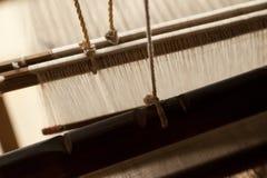 Ein alter spinnender Webstuhl und ein Thread des Garns Lizenzfreie Stockfotos