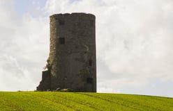 Ein alter Steinturm des unbekannten Ursprungs zum Fotografen auf einem Schnittheugebiet auf einem Bauernhof nahe Kircubbin in Nor Lizenzfreie Stockfotografie
