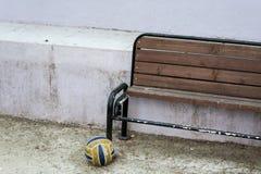 Ein alter Stuhl und ein Ball, drastische Szene Lizenzfreie Stockfotos