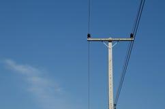 Ein alter Telefon Strompfosten für Energie mit Stromleitungen Stockfotos