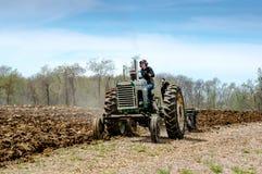 Ein alter Traktor in einem pflügenden Ereignis Lizenzfreie Stockbilder