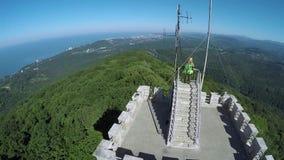 Ein alter Turm unter Wäldern stock footage