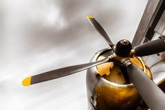 Ein alter veralteter Flugzeugpropeller lizenzfreie stockfotos