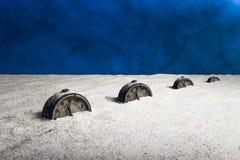 Ein alter Wecker begraben im weißen Sand Lizenzfreie Stockbilder