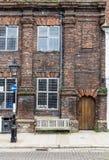 Ein alter Ziegelstein und ein hölzernes Haus gesehen in Rye, Kent, Großbritannien Stockbilder