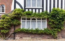 Ein alter Ziegelstein und ein hölzernes Haus gesehen in Rye, Kent, Großbritannien Lizenzfreie Stockfotografie