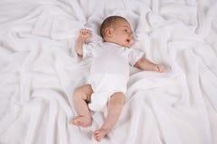 Ein altes Baby des Monats, das auf Decke liegt Lizenzfreie Stockbilder