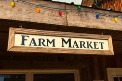 EIN altes Bauernhofmarktzeichen auf altem Bauernhof Stockfoto